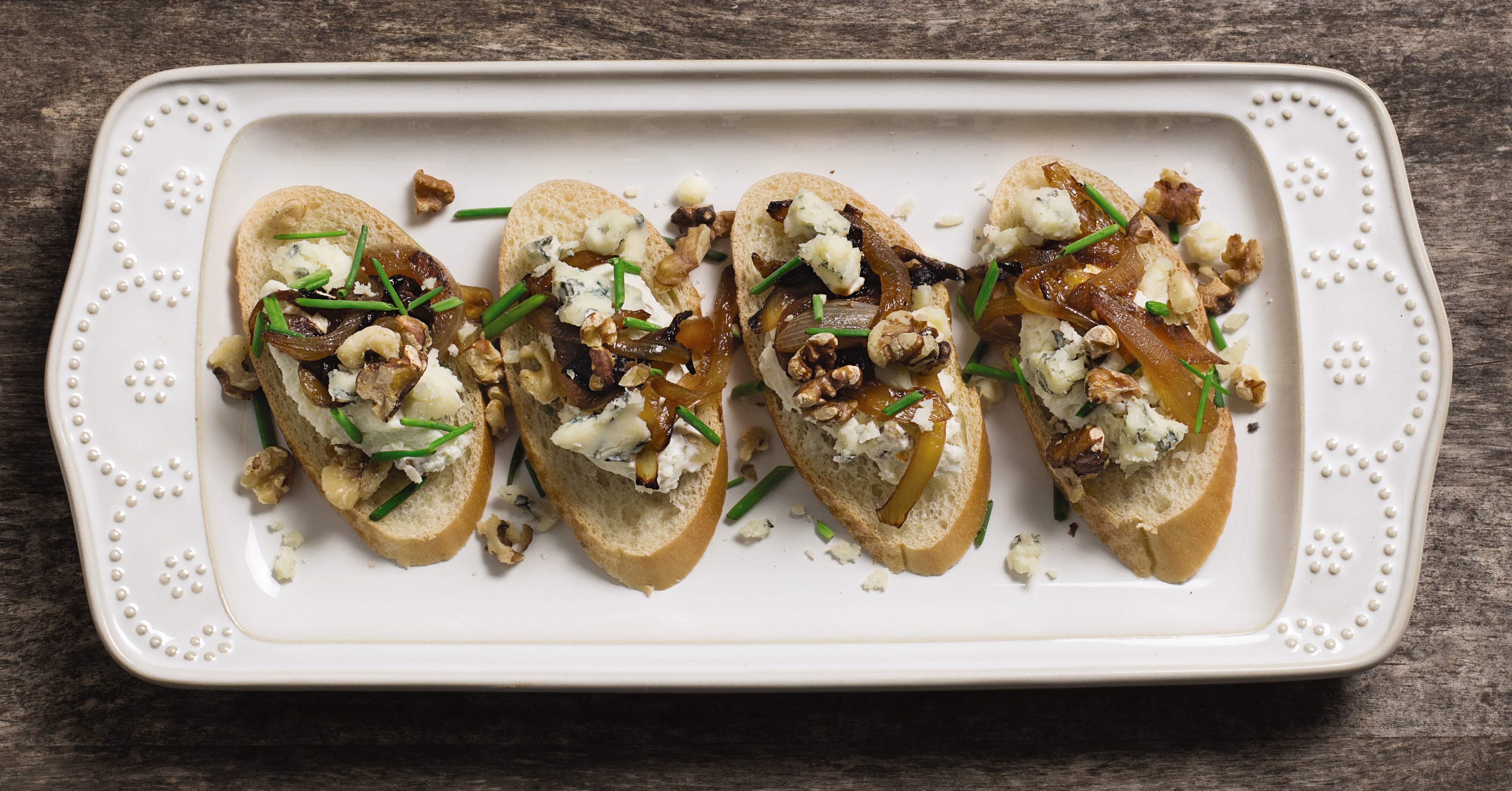 Crostini with blue cheese and walnuts.
